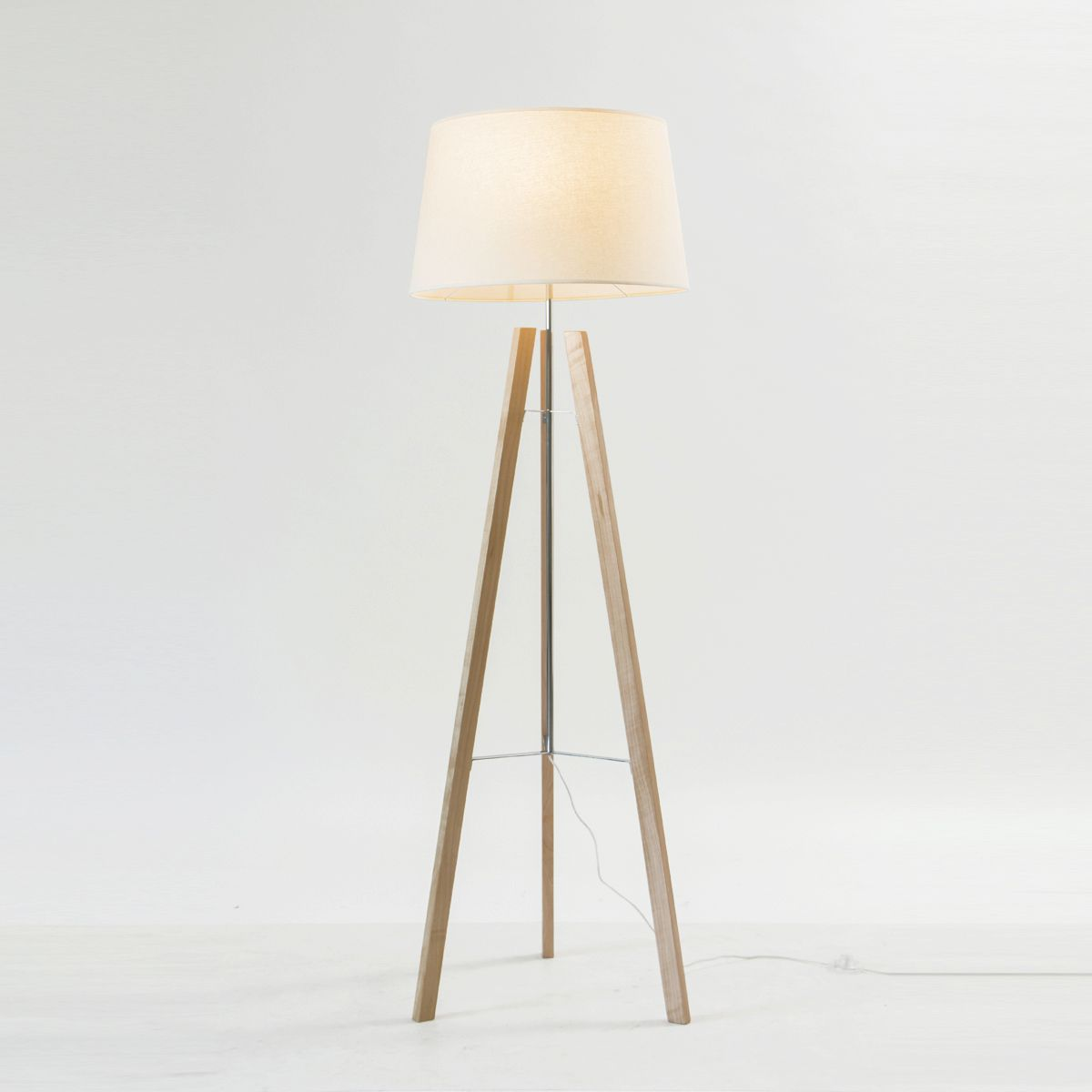 L mpara de pie lucas iluminaci n tienda iluminacion y - Iluminacion lamparas de pie ...