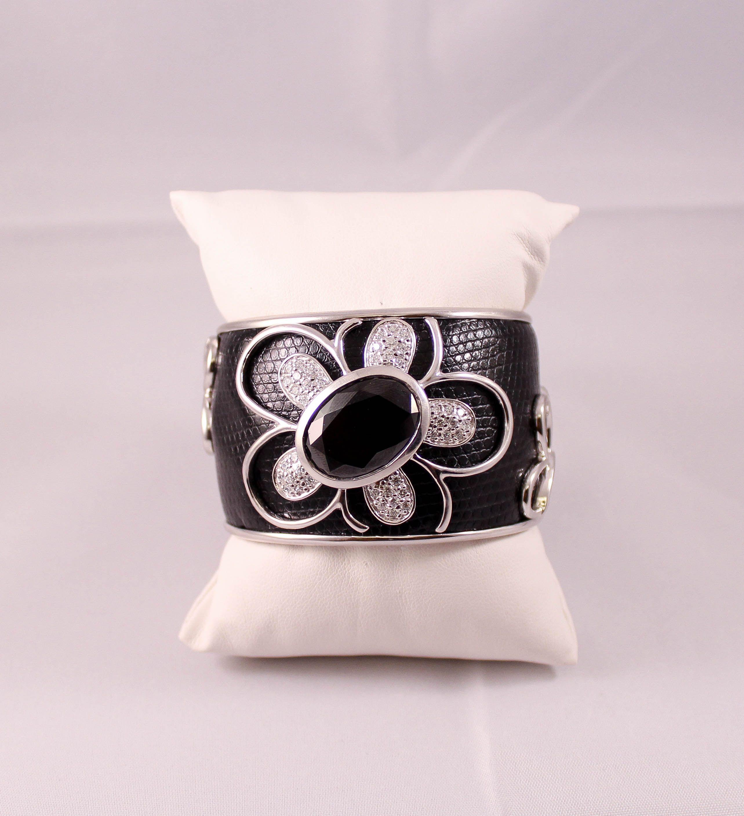brazalete de plata ,cuero negro y circonita.http://marberaltabisuteria.mitiendy.com/categorias/pulseras