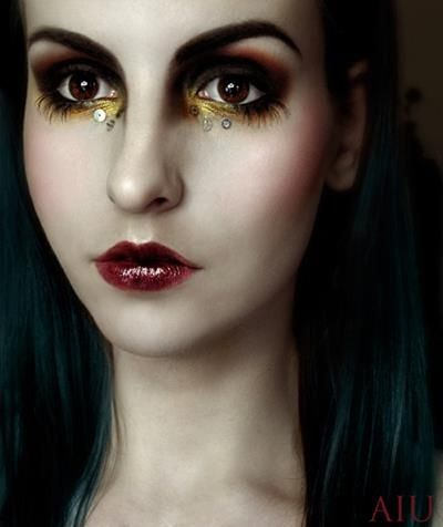 the makeup and con our in this picture is beautiful. i love the makeup as it shows steampunk through makeup and its very effective