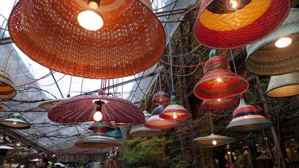 Da Rossana Orlandi le lampade colombiane realizzate dalle bottiglie in plastica