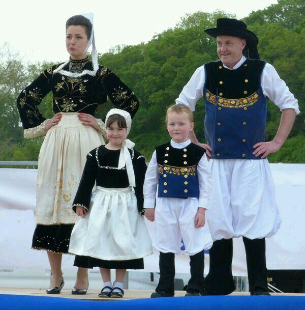 famille bretonne culture bretagne costumes et folk costume. Black Bedroom Furniture Sets. Home Design Ideas