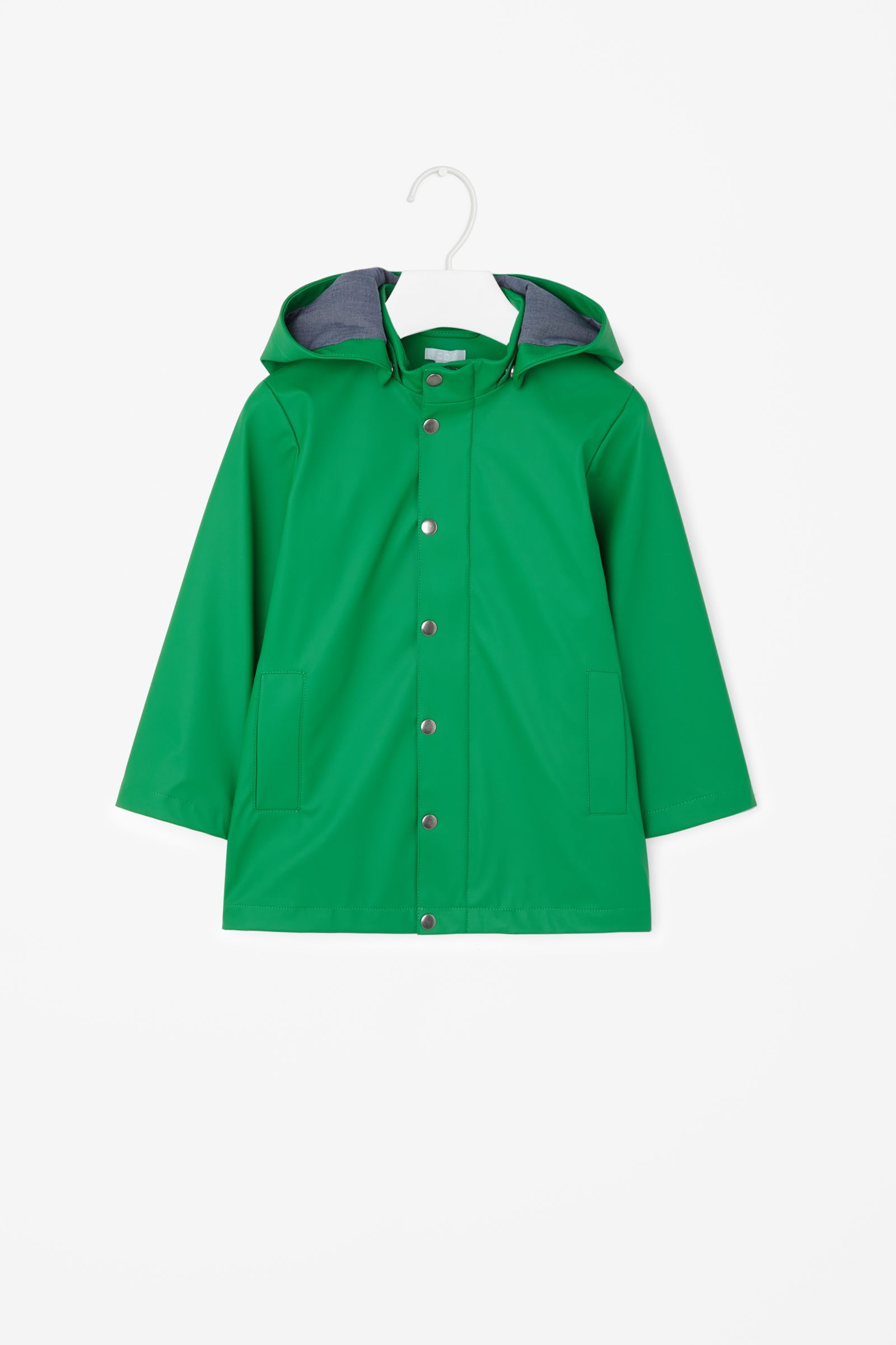 This raincoat is made from a water repellent technical fabric and a detachable hood. Fully lined with a soft cotton chambray, it has front flat pockets, a hidden zip-up and matte anti-nickel plated metal press buttons.