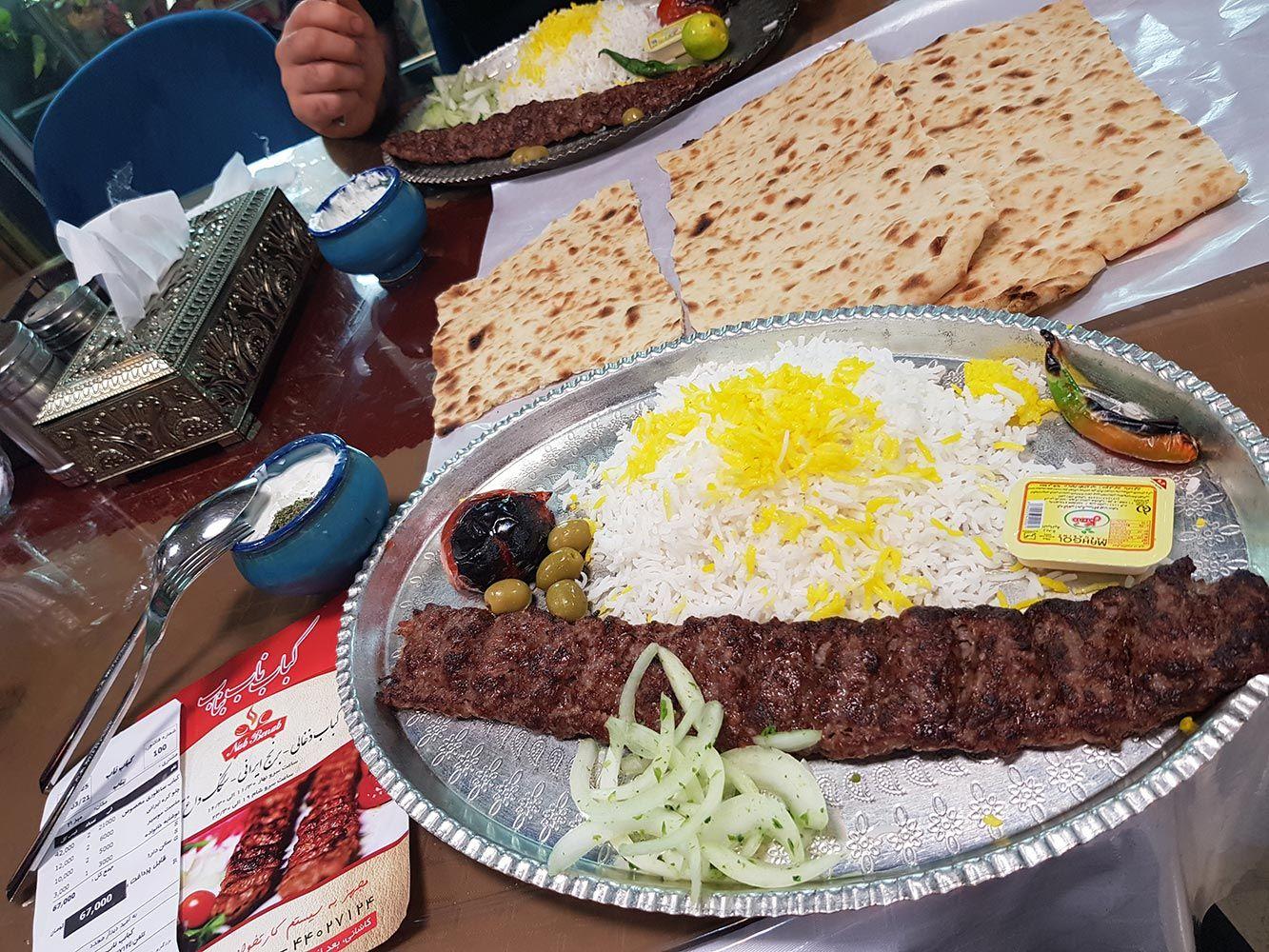 رستوران کباب ناب بناب تهران آیت الله کاشانی کباب ذغالی با برنج ایرانی و سنگک داغ کباب ناب بناب #کباب_ناب_بناب کباب ناب بناب