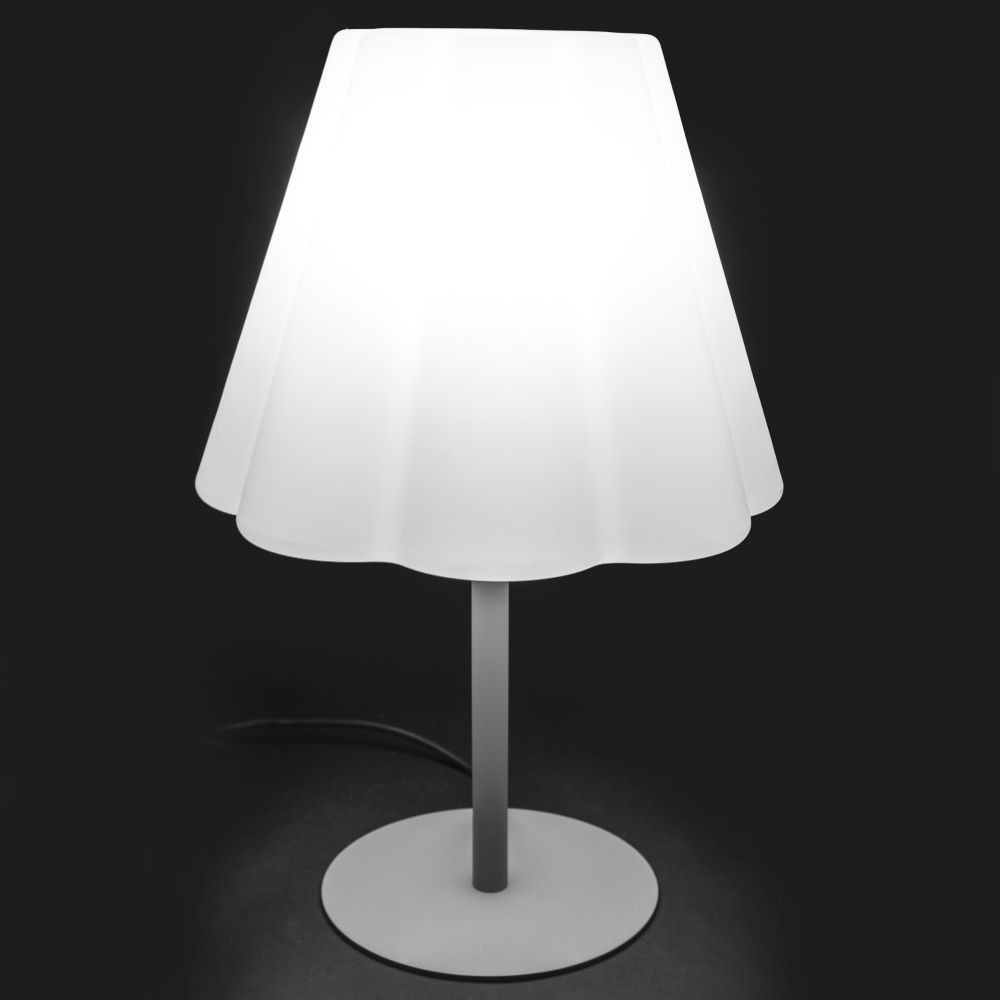Lampe De Table Polyethylene Blanc Beby 60 Cm Lestendances Fr En 2020 Lampes De Table Lampe Table Exterieur