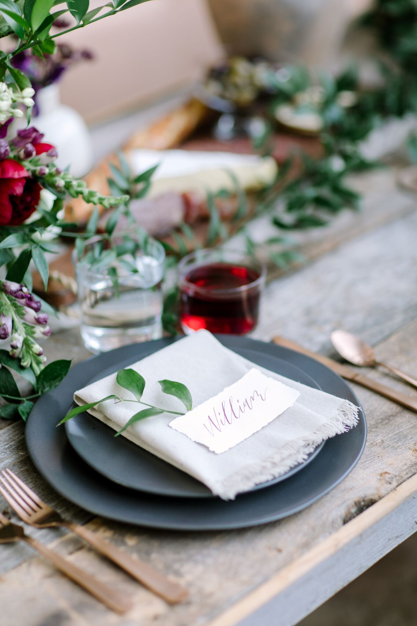 Kinfolk Inspired Organic Wedding Tablescape With Modern Copper Flatware And Black Ceramic Plates Surro Wedding Plate Setting Wedding Tablescapes Wedding Plates