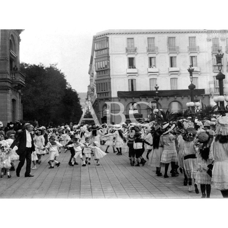 San Sebastián, 15/08/1910. Las fiestas de San Sebastián, aspecto de la terraza del Gran Casino durante los festivales que se celebraban todos los jueves en obsequio de los niños: Descarga y compra fotografías históricas en | abcfoto.abc.es