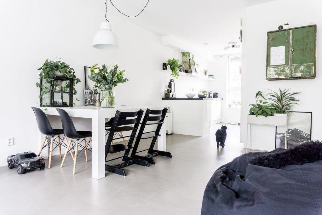 Witte Tafel Zwarte Stoelen.Betonnen Vloer Planten En Rustige Kleuren Kom Je