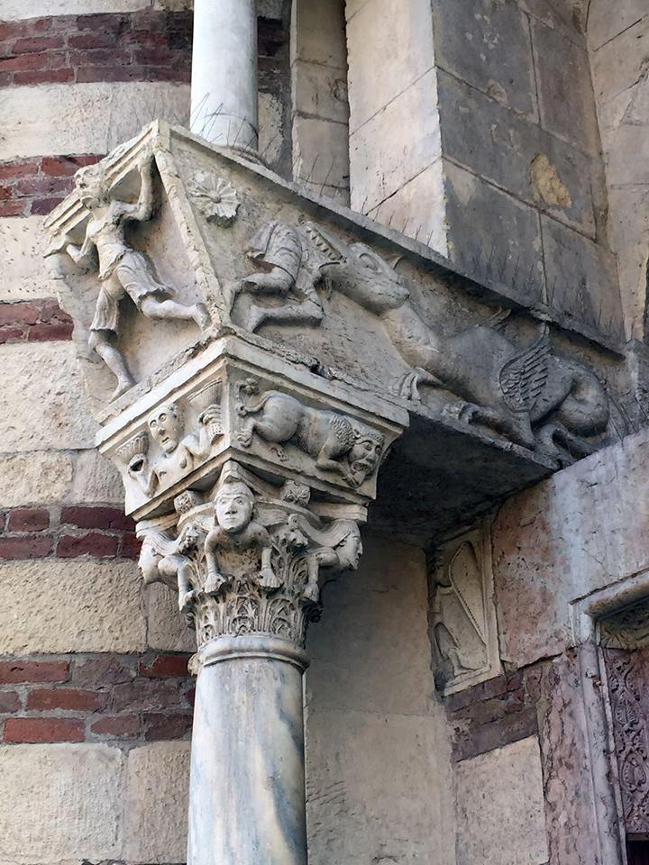 Duomo di Verona XII sec. Partic..del portale raffigurante i profeti- Capitello del protiro laterale