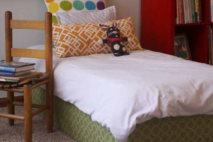 Upholstered toddler bed tut