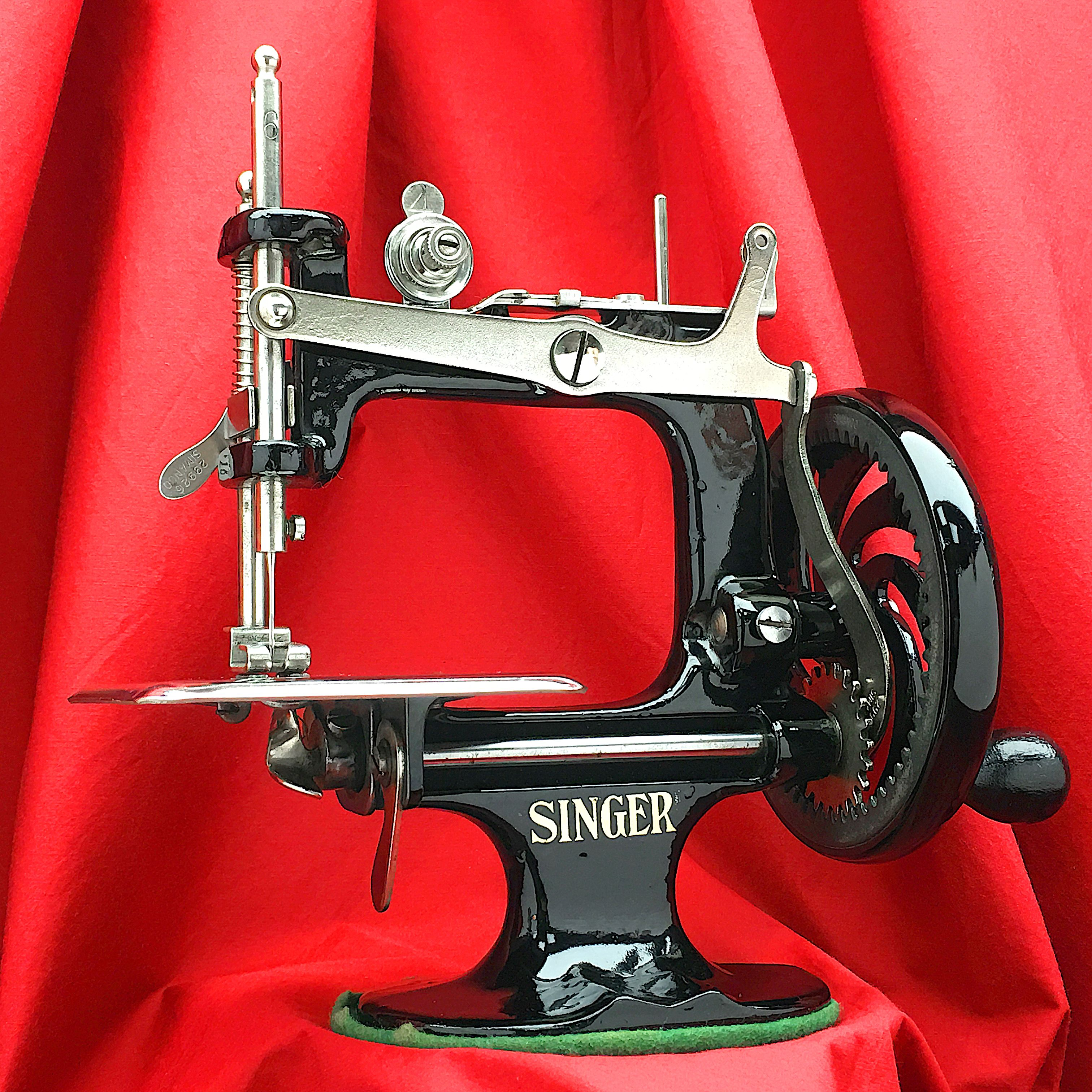Singer Sewhandy 20 1920 1930 S Child Toy Sewing Machine Etsy Sewing Machine Sewing Toys Machine Photo