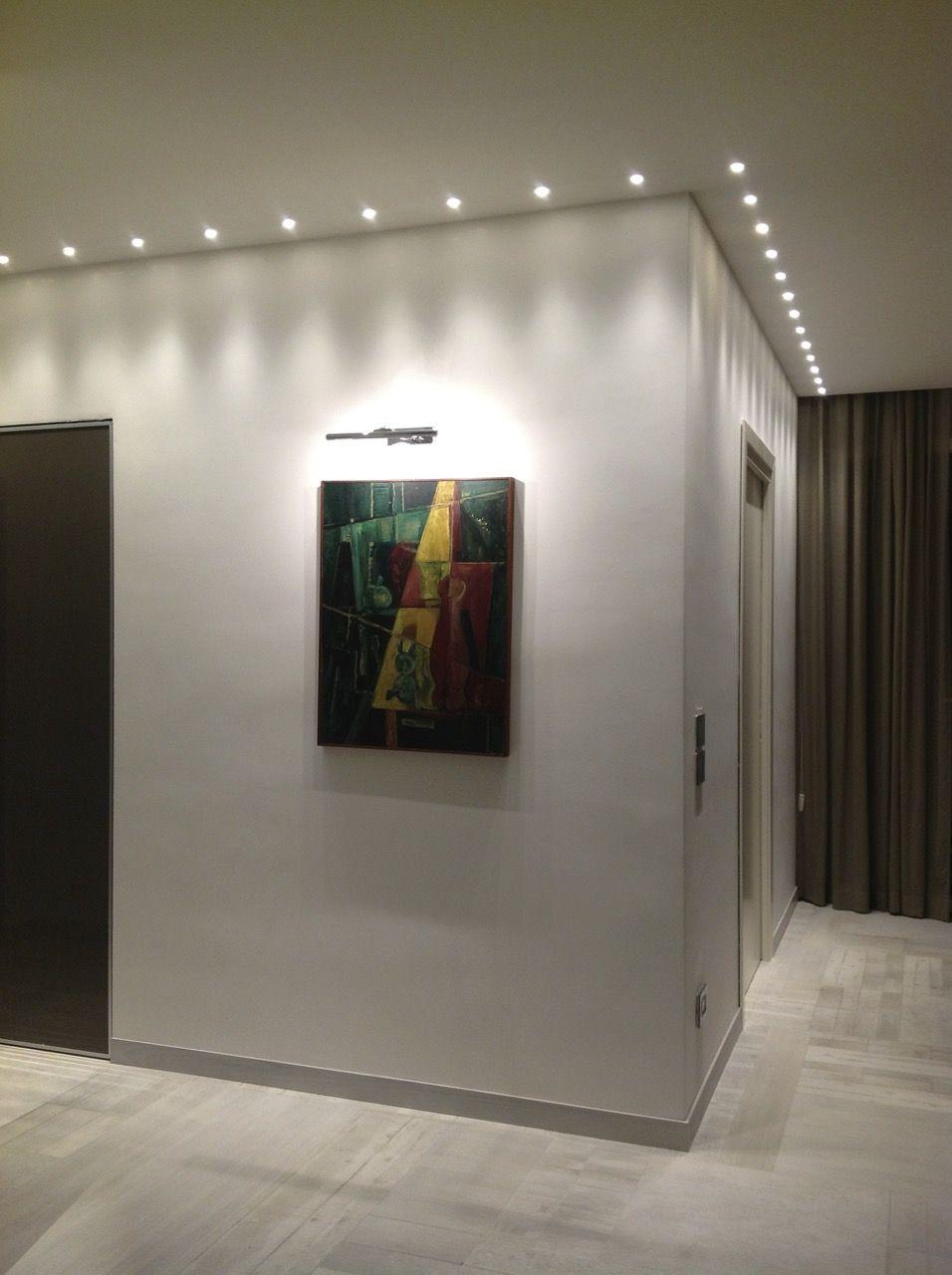 Una parete illuminata da faretti led a incasso a soffitto for Faretti a incasso