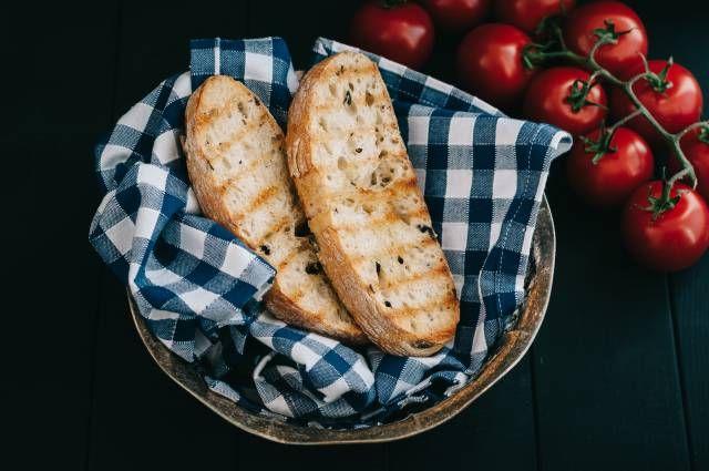 Dinkeltomatenbrot ist ein kulinarischer Hingucker - hier in der Variante mit Oliven.
