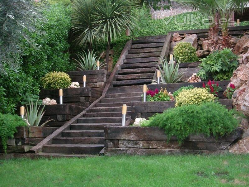 Jardin con escalera multi nivel con jardineras for Escaleras para caminar fuera del jardin