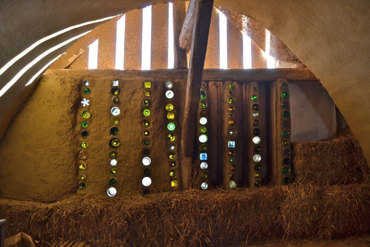Strohballen Gewolbe Mit Flaschenwand Im Dachboden Einer Scheune In Ravelsbach At Straw Bale Vault With Bottlewall In A Mit Bildern Flaschenwand Strohballenbau Lehmhaus