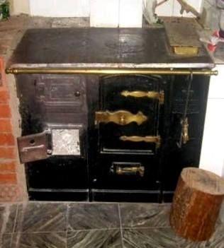 Cocina de leñao carbón con caldera de agua caliente.