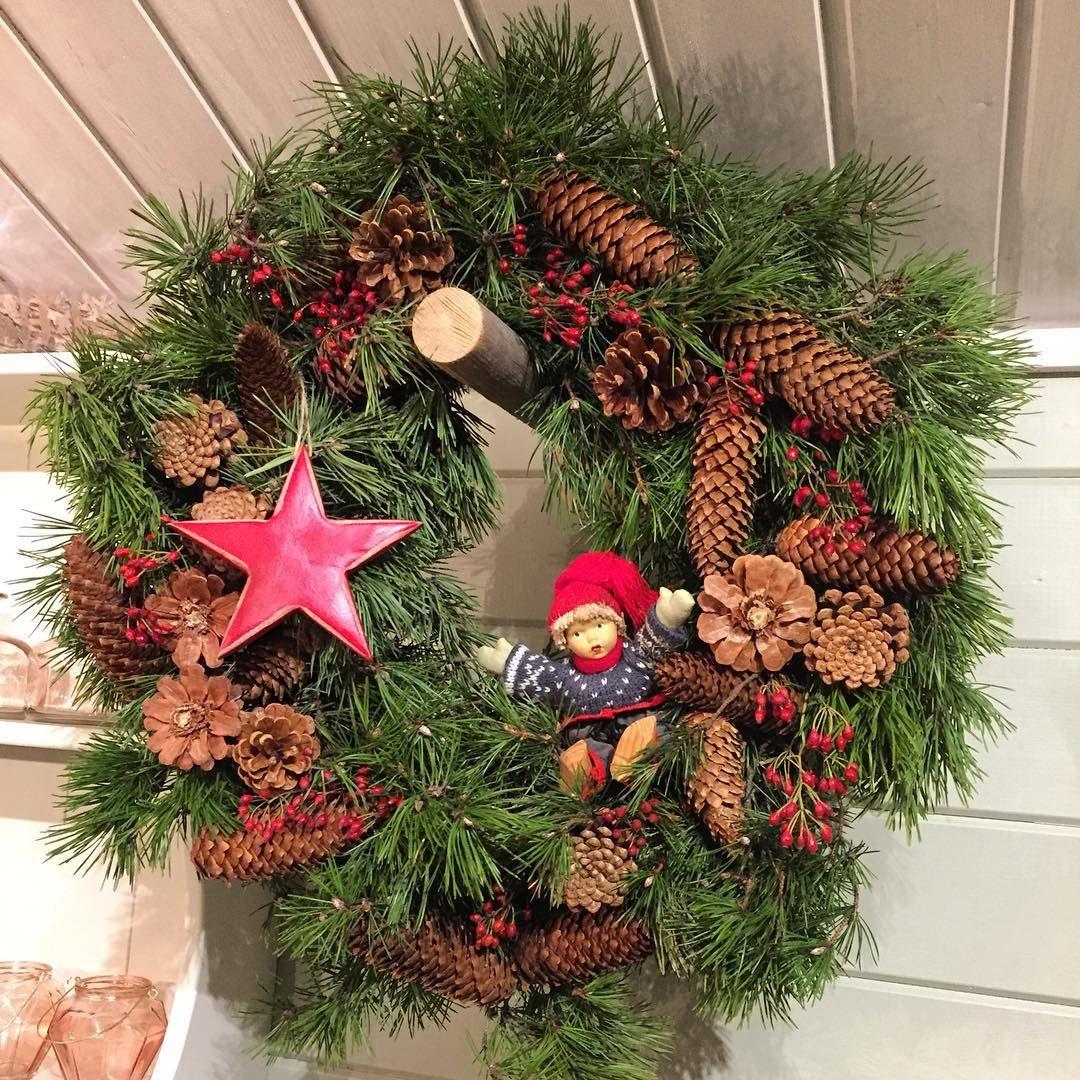 Dørkrans til jul🌟 #natur #blomsterglede #kongler #nissegutt #wreath #stjerne #dørkrans
