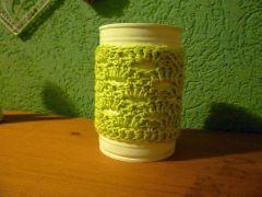 """Konservendose weiß lackiert und mit einer Häkelhülle versehen - praktisch als Vase, Stiftebecher, etc.  [Tin can, lacquered in white and dressed in a """"crochet skirt""""  - nice and useful]"""