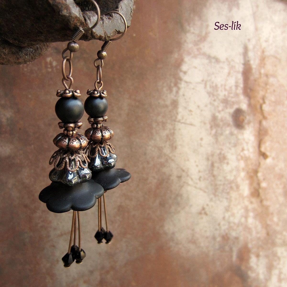 """náušnice ,,SLEČNA LILI """" ,,...rád se brouzdám rosou,s květinou si povídám..."""" Náušnice jsou vytvořené z akrylových a skleněných korálků ve tvaru kytiček v barvě černé a černé s pokovem.Doplněné jsou o voskované perličky a o broušená sluníčka.Komponenty v barvě měděné ve tvaru ozdobných kaplíků a malinkých kovových kytiček. Zavěšeny jsou na afroháčku ..."""