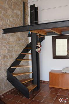 Escala De Caragol Amb Esglaons De Fusta I Altell De Disseny Amb Acer Pintat De Forja I Barana De Sirga Ho Staircase Design Stairs Design House Design