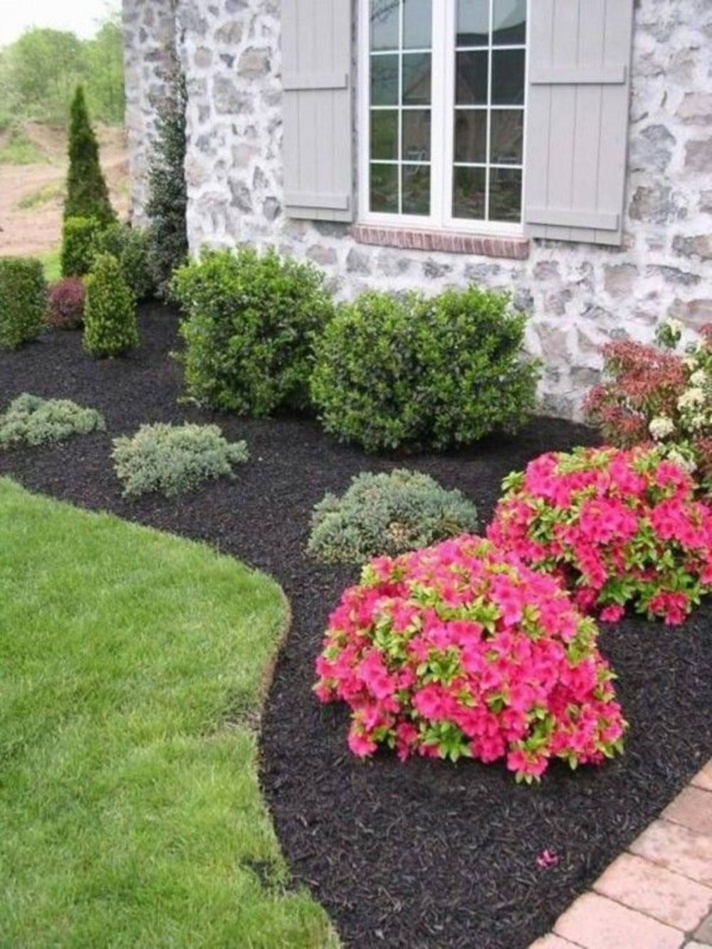 Stunning 26 Beautiful Flower Beds In Front Of House Design Ideas