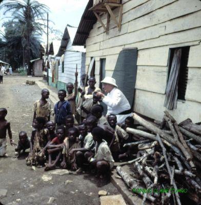 Isla de Fernando Poo. P. Pujadas con niños. Sta. Isabel, suburbio de la ciudad