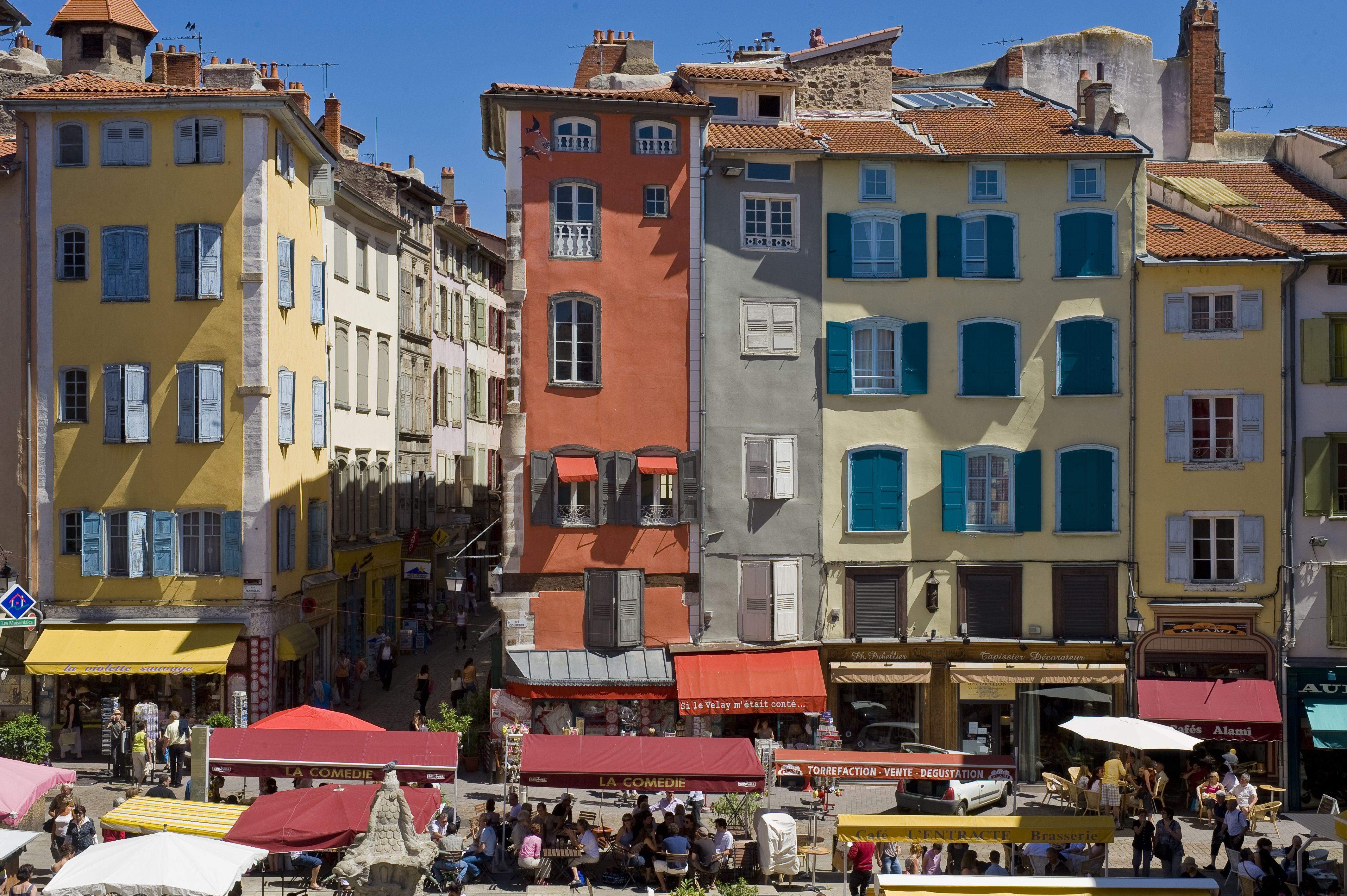La place du plot le puyenvelay hauteloire auvergne l olivier - Office tourisme haute loire ...