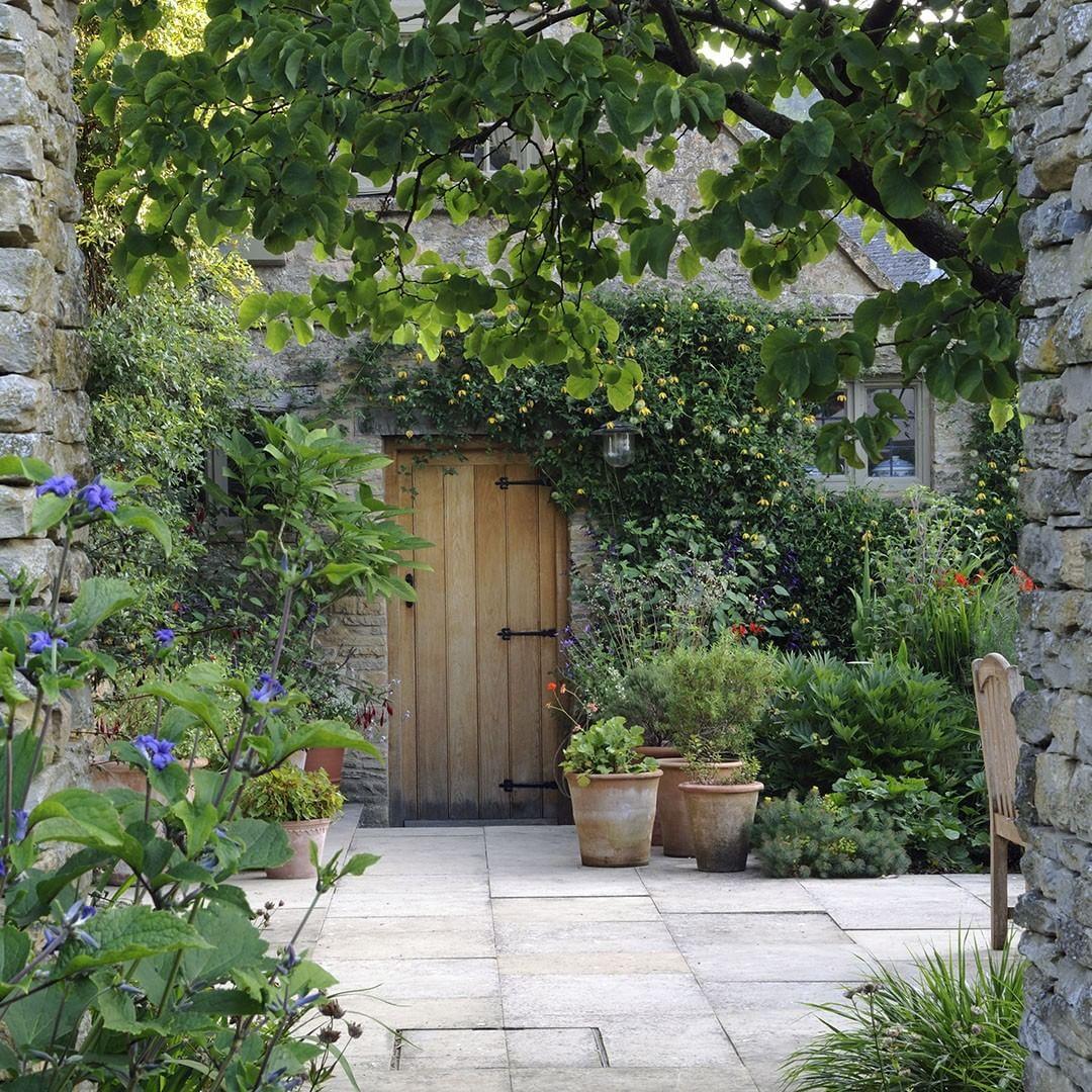 """Photo of Country Life Magazine auf Instagram: """"Das alte Pfarrhaus, Naunton, Gloucestershire. Dan Pearsons Idee, den Garten neu zu gestalten, war es, die Rechtwinkligkeit des Hauses zu feiern, das… """""""