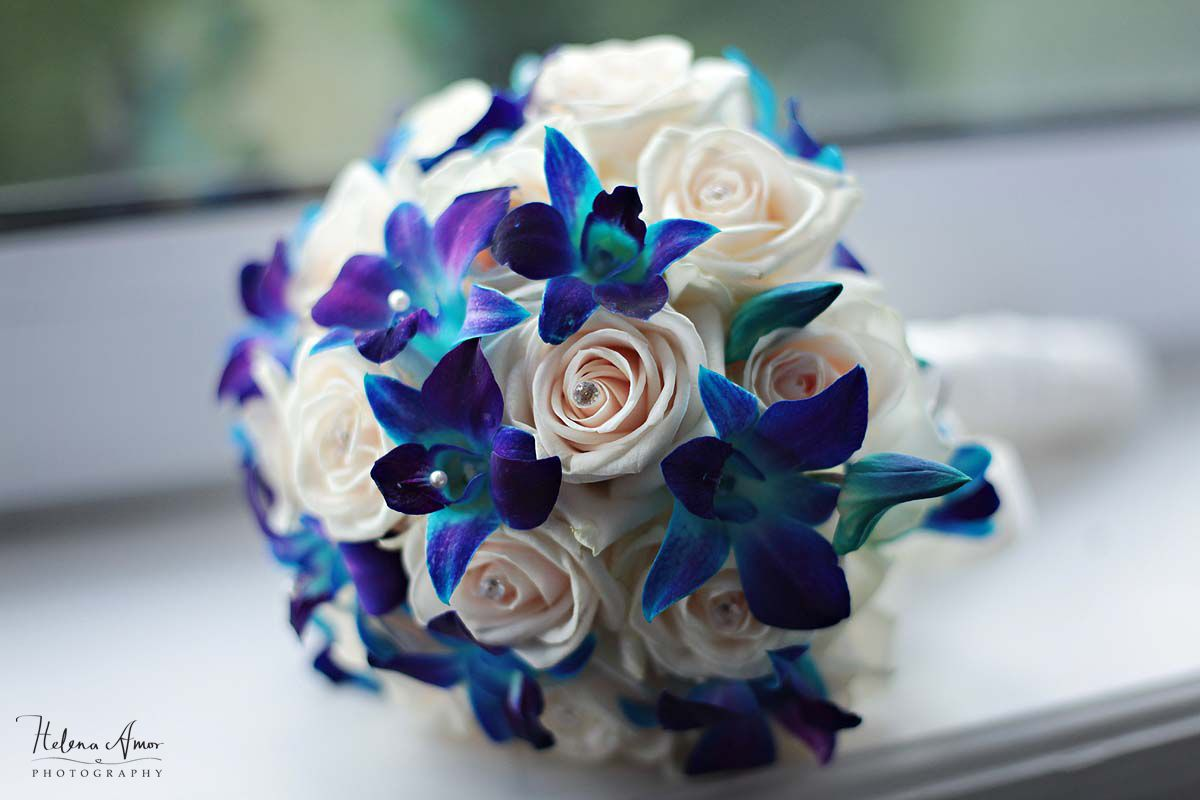 Blue wedding bouquet with white roses pour un mariage for White and blue flower bouquet