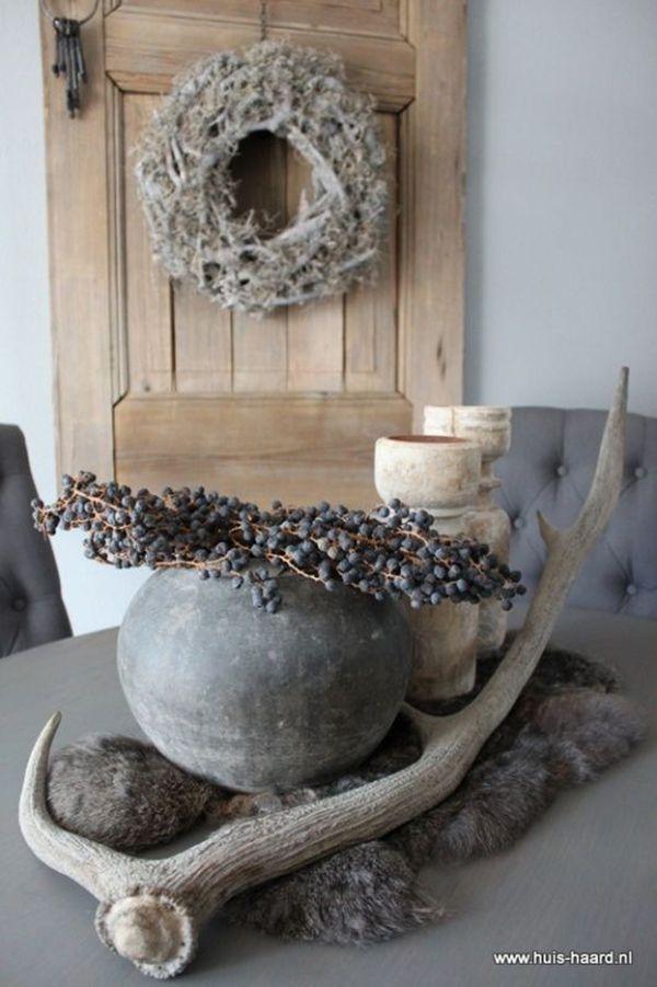 Mooie dadeltak als decoratie op tafel samen met een gewei een stenen sfeerdecoratie - Decoratie tafel basse ...
