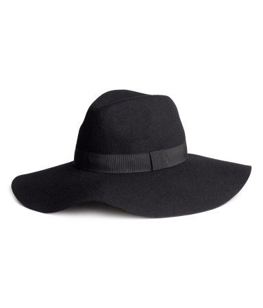 Cappello a tesa larga in feltro di lana con nastro in gros-grain attorno  alla cupola. ecc152ded521