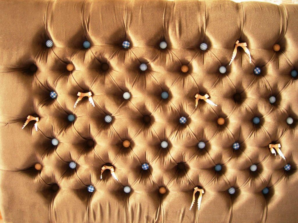 Otra vista del capitoneado en gamuza chocolate con botones en ...