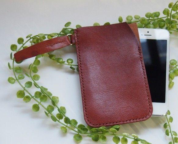 iPhone5シリーズに対応する専用ケースです。写真の携帯は5Sです。参考にしてください。すっぽり入れるタイプです。片方にDリングを取り付けていますので、更に...|ハンドメイド、手作り、手仕事品の通販・販売・購入ならCreema。