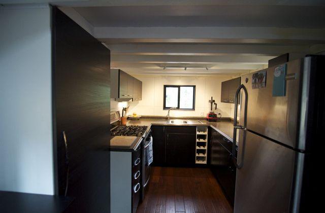 una cocina con todas las comodidades necesarias | Small House ...