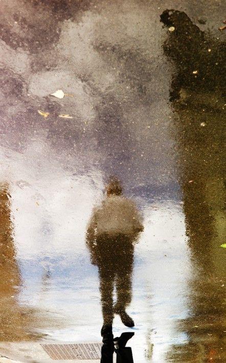 【画像】水たまりに映し出された世界が映画のようにロマンティックな件!!   IRORIO(イロリオ) - 海外ニュース・国内ニュースで井戸端会議