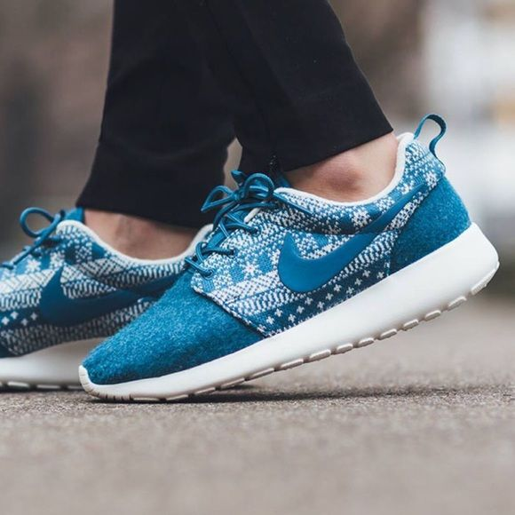✨✨{Nike} Roshe Women's size 7. Brand new, never been worn. I'll pack them in a designer box to keep them safe. ❗️Price is firm, even when bundled ❗️   ❌ No Trades/ No PayPal  ❌ No Lowballing  ✅ Bundle Discounts ✅ Ship Same or Next Day  % Authentic Nike Shoes