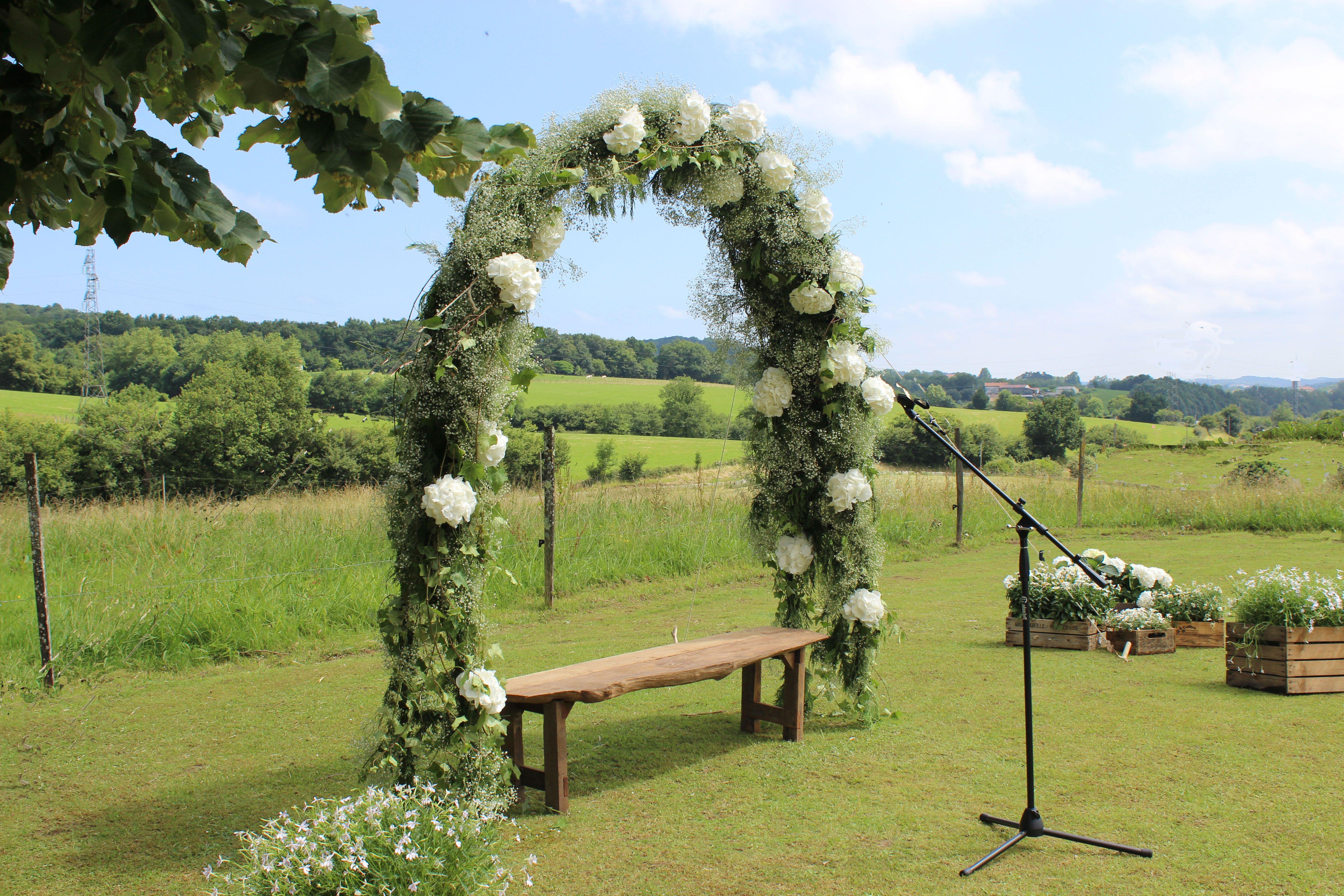Arco floral para decorar una ceremonia al aire libre #bodas ...