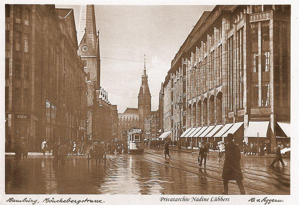 Wir sind heute an der Mönckebergstraße. Benannt wurde diese Straße nach dem Bürgermeister Johann Georg Mönckeberg, in dessen Regierungszeit die letzte große Cholera Epidemie Hamburgs und gleichzeitig Deutschlands fiel.