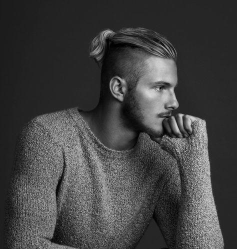 Langes Deckhaar Seitlich Und Hinten Haare Abrasiert Mittellange Haare Frisuren Manner Manner Frisuren Undercut Lange Haare Manner