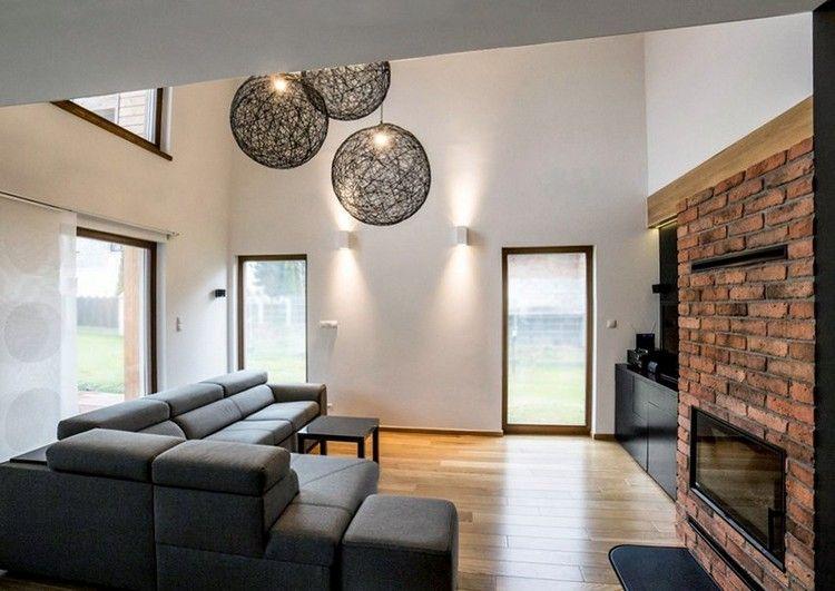 graues Ecksofa, Holzbodenbelag und Kaminverkleidung in - verblendsteine wohnzimmer grau