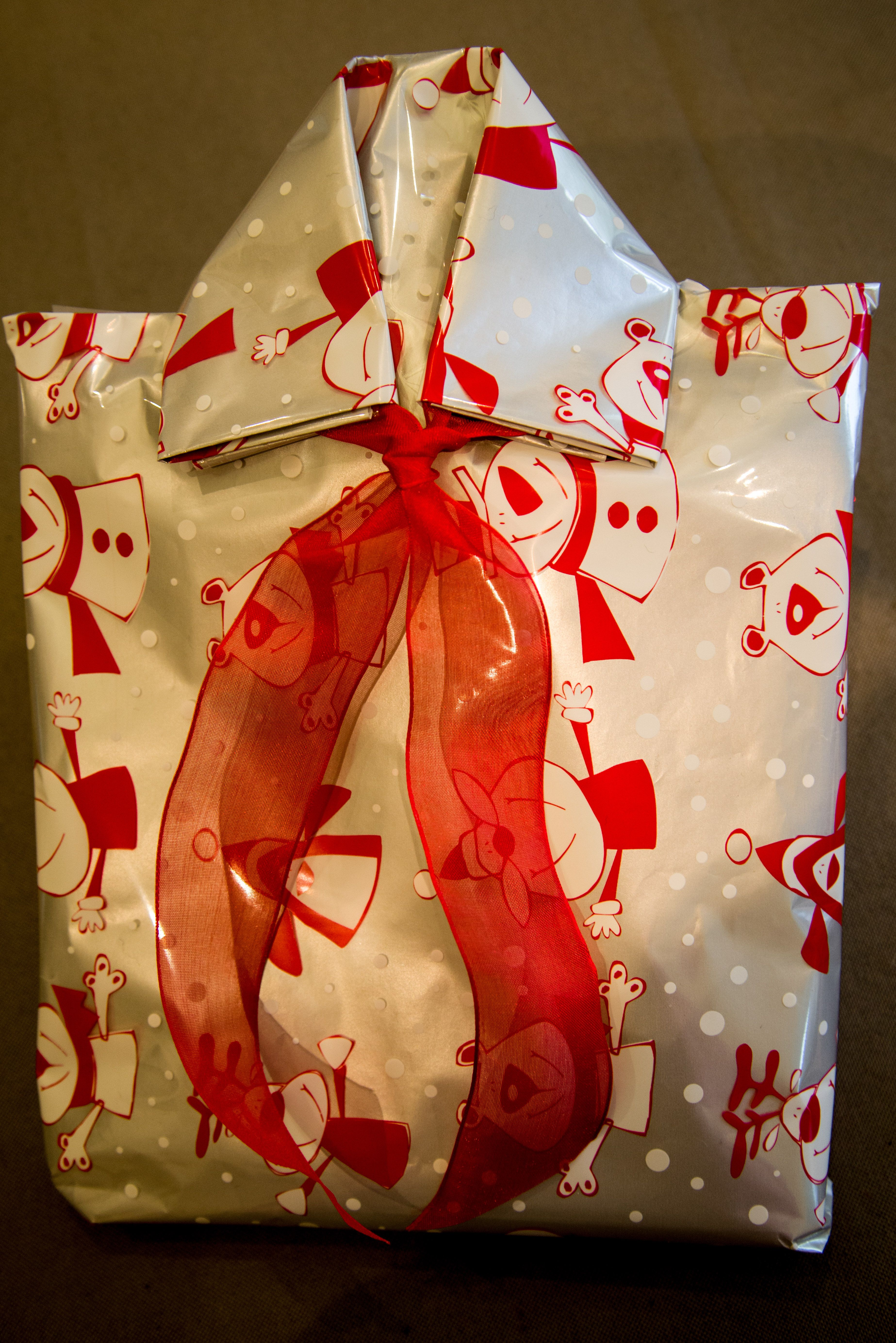 Pakje inpakken als hemd. Wrap a package as a shirt