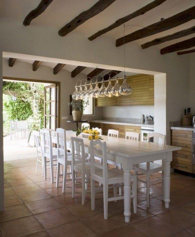 Wohnideen für die küche landhaus stil dachbalken weiße essmöbel ...