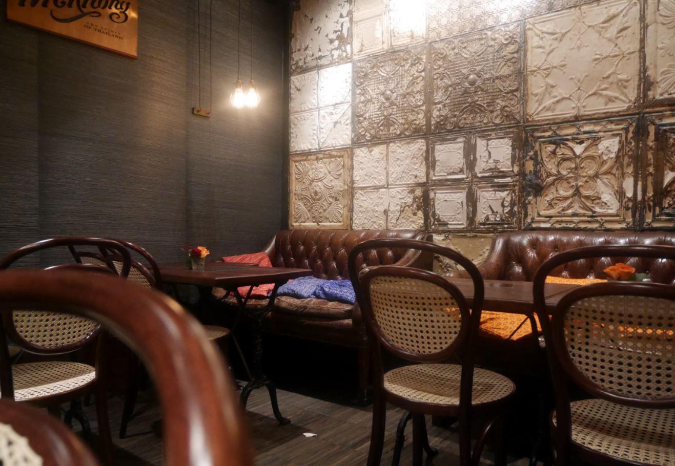 Chaises courbées cannées, fauteuils capitonnés en cuir, habillage mural en acier embossé, plaques authentiques plafond Londres - Bistro Mme Shawn - 18 Rue Cafarelli 75004