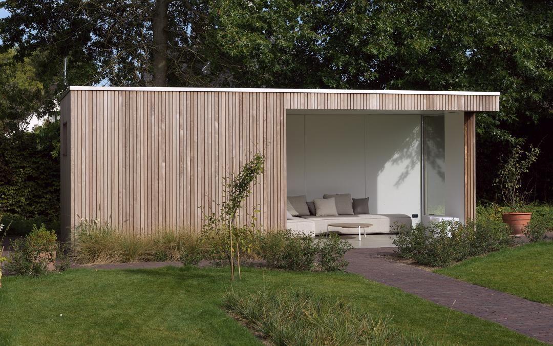 Moderne tuinberging met overdekt terras houten bijgebouwen op