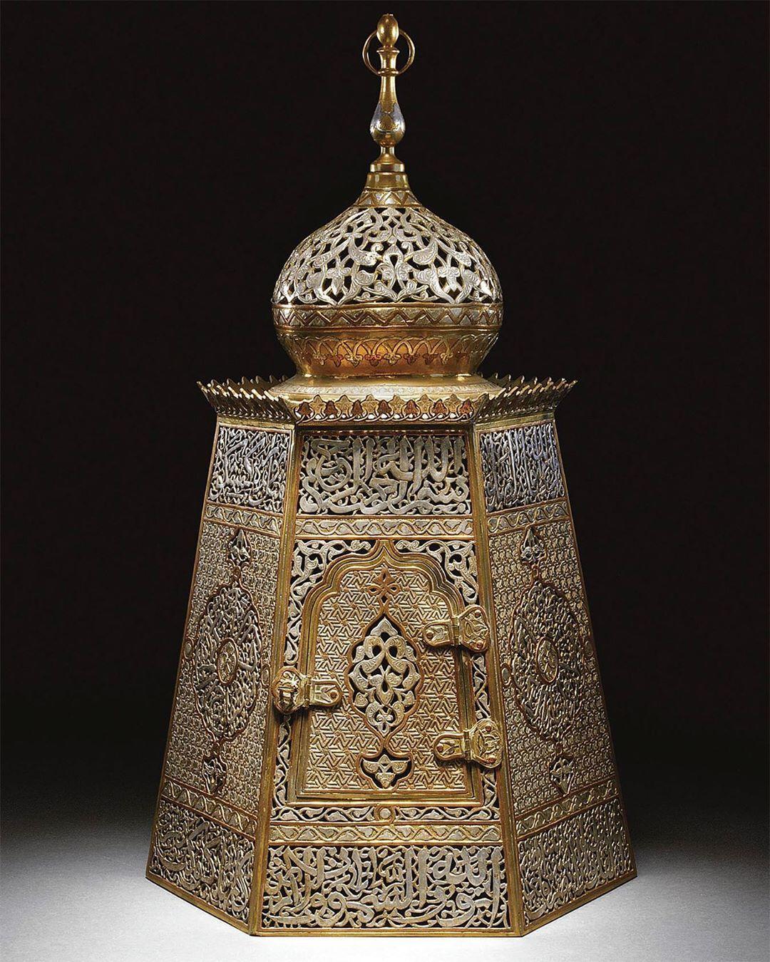 فانوس مملوكي من النحاس المطعم سوريا مصر القرن التاسع عشر وارتفاعه ٦٩ سم هل يمكنك وصفه فنيا وتحديد انواع الزخارف و Brass Lantern Islamic Art Decorative Jars