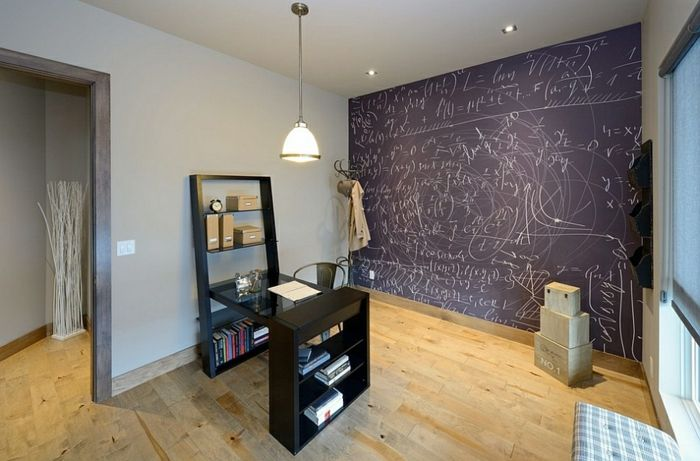 Arbeitszimmer Ideen, Minimalistische Einrichtung, Wand In Tafelfarbe,  Schwarze Möbel, Kartons Am Boden