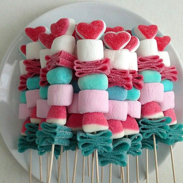 crea llamativas brochetas de dulces para obsequiar