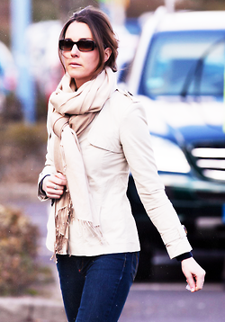 princess Kate. Love the way she tied her scarf    55      7