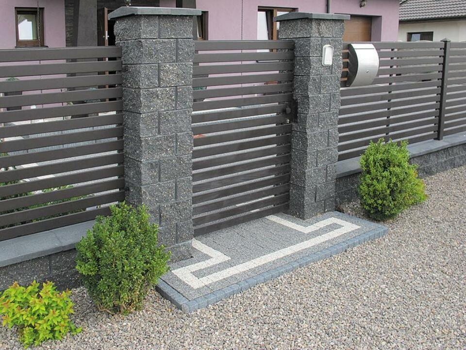 Sichtschutz aus Beton, Mauersteine, Metall und Holzzaun