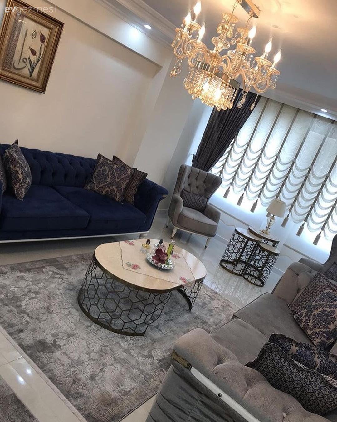 Bu Salon Simetrik Yerlesimi Sik Detaylariyla Goz Dolduruyor Ev Gezmesi Oturma Odasi Takimlari Oturma Odasi Dekorasyonu Ev Icin