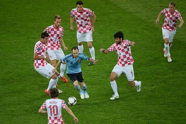 囲まれるイニエスタその2。Andrés Iniesta vs Croatia, EURO2012 イニエスタ